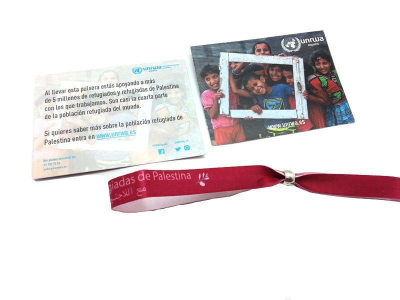 pulseras-de-tela-solidarias-manipulacion-bolsa-cartón-cierre-UNRWA-3