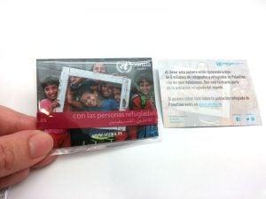 pulseras-de-tela-solidarias-manipulacion-bolsa-cartón-cierre-UNRWA