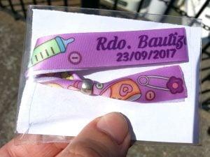 pulseras-de-tela-solidarias-manipulacion-bolsa-carton-cierre-Recuerdo-Bautizo