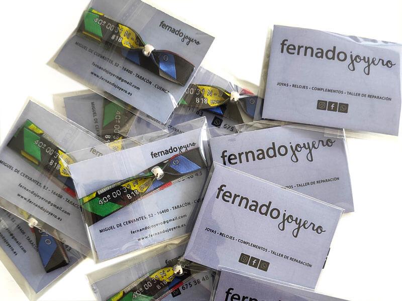 pulseras-de-tela-con-packaging-manipulacion-bolsa-carton-cierre-Fernando-Joyero
